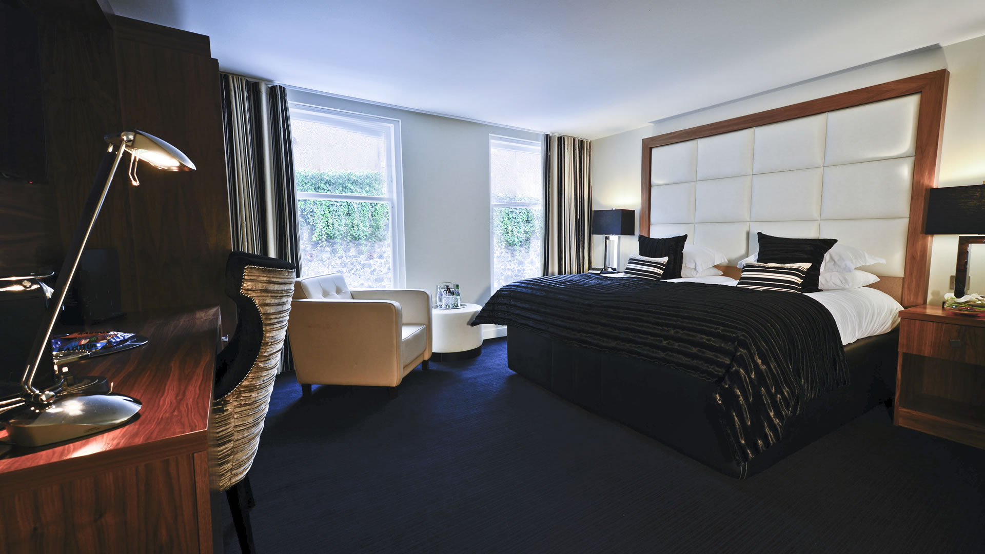 hotelCclessio_Bedroom2_Premium_King_1920x1080